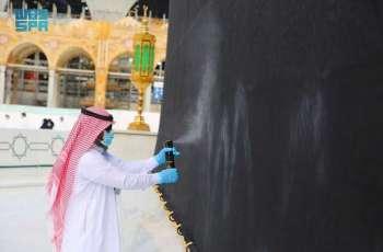 رئاسة شؤون الحرمين تطيّب الكعبة المشرفة والمسجد الحرام 10 مرات يومياً بأجود أنواع البخور