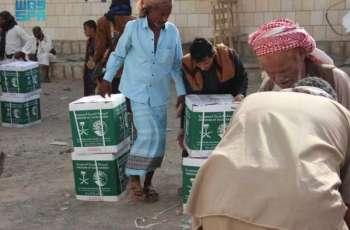 مركز الملك سلمان للإغاثة يوزع أكثر من 27 طنًا من السلال الغذائية الرمضانية بمأرب