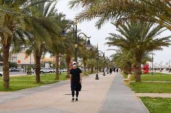 الأجواء المعتدلة تستهوي أهالي الحدود الشمالية لممارسة رياضة المشي قبيل الإفطار