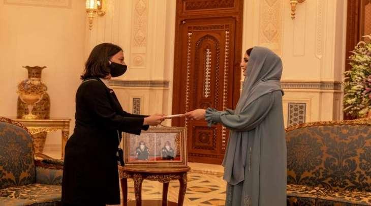 زوجة السلطان ھیثم بن طارق تتلقی رسالة خطیة من زوجة أردوغان