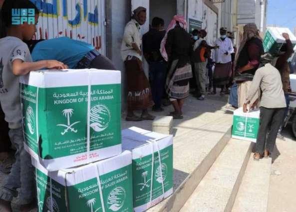 مركز الملك سلمان للإغاثة يواصل توزيع السلال الغذائية الرمضانية في اليمن