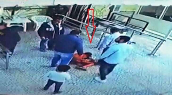 طفل یتعرض للاعتداء ضربا علی ید موظف أمن فی جمھوریة مصر