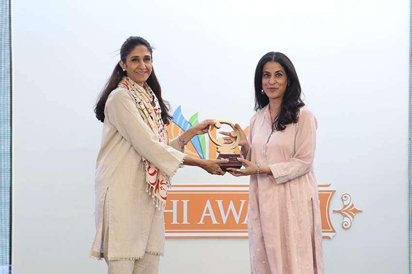 Naz Khan presenting award to Malahat Awan
