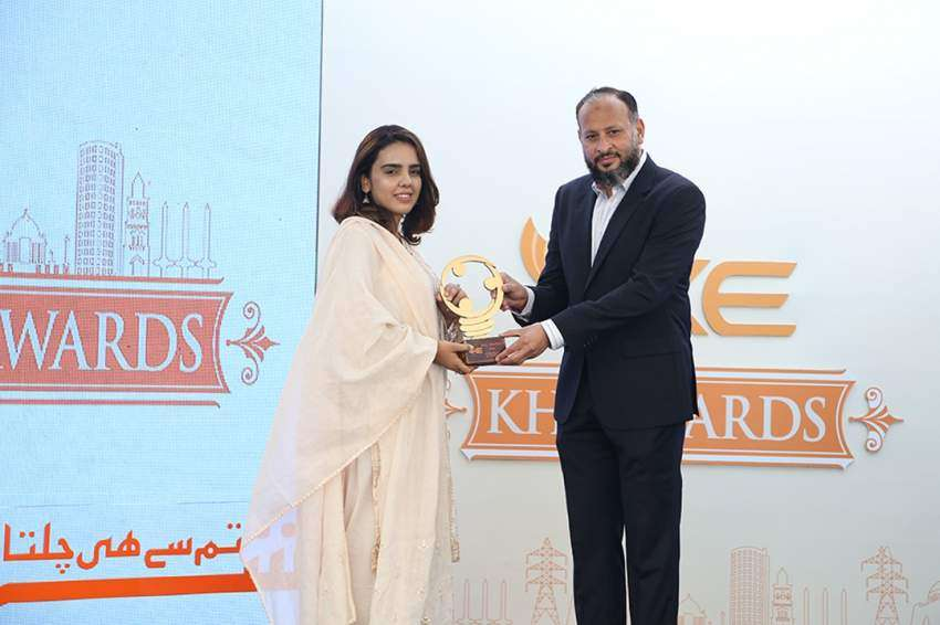 Mariam Shah receiving award from Moonis Alvi