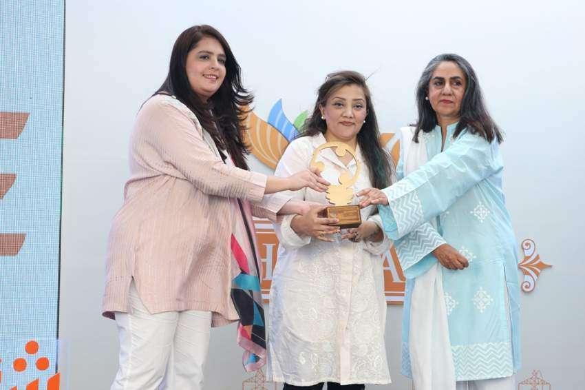 Sadia Dada presenting award to Mohammad Ali Chundrigar
