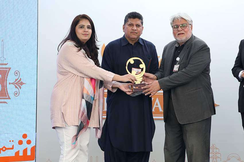 Sadia Dada presenting award to Dr Asim Qidwai