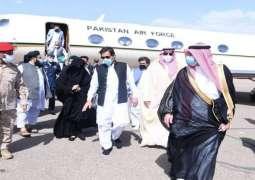 رئیس وزراء باکستان یصل الي مدینة المنورة لزیارة المسجد النبوي و التشرف بالسلام علی الرسول