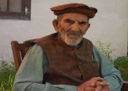 المعمر الباکستاني عمرہ 103 سنوات یتلقی اللقاح المضاد لفیروس کورونا