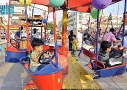 الأطفال بمنطقة جدة التاريخية يعيدون ذكريات الماضي في العيد