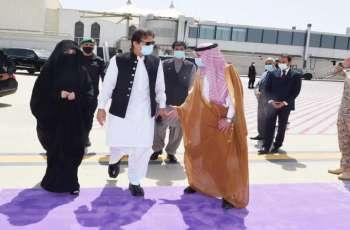رئیس الوزراء یزور المسجد النبوي و تشرف بالسلام علی الرسول