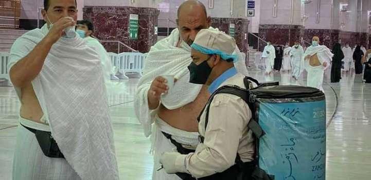 (٢٠٠) ألف عبوة ماء زمزم و(٣٧٥٠٠) لتر لسقيا المعتمرين والمصلين ليلة (27) من رمضان