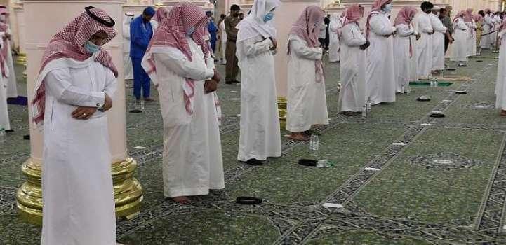 جموع المصلين يؤدون صلاة القيام ليلة 27 في المسجد النبوي