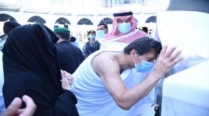 رئیس الوزراء عمران خان یقوم باداء مناسک العمرة برفقة زوجتہ خلال زیارتہ للسعودیة