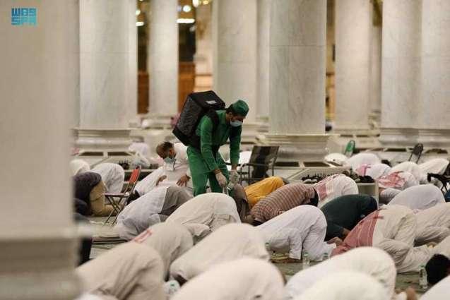 أكثر من 200 ألف عبوة ماء زمزم للمصلين في ليلة ختم القرآن الكريم بالمسجد النبوي