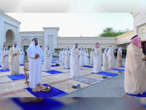 حاكم عجمان يؤدي صلاة عيد الفطر في ساحة قصر الزاهر