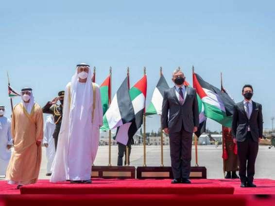 محمد بن زايد يصل الأردن والملك عبد الله الثاني في مقدمة مستقبليه
