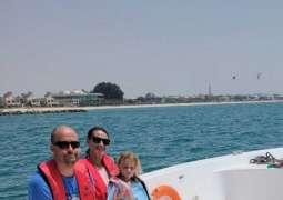 شرطة دبي تنقذ عائلة إسبانية تعطل مركبها في عرض البحر
