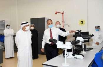 زكي نسيبة يطلع على المبنى الجديد لمختبرات الطب البيطري بجامعة الامارات