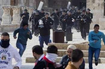 شاھد : مواجھات بین المصلین و قوات الاحتلال الاسرائیلیة أثناء أداء صلاة الجمعة