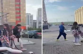 شاب روسي یتعدي علی فتیات یدخن النرجیلة فی الشارع