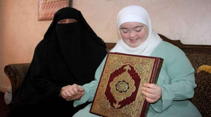 فتاة أردنیة مصابة بمتلازمة داون تحفظ القرآن ووالدتہ تفتخر