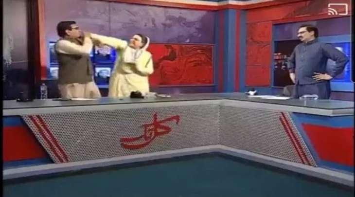 وزیرة من حزب الانصاف تصفع عضو البرلمان من حزب الشعب الباکستاني علی الھواء