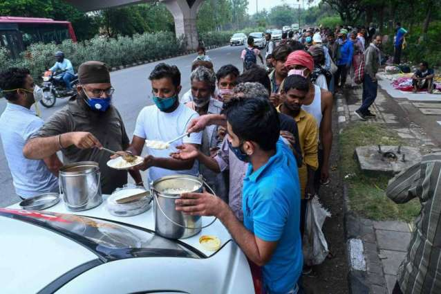 People Line Up to Receive Free Food at New Delhi Centers for Poor Because of COVID-19