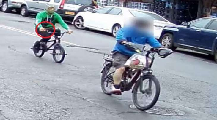 سائق دراجة آسیوي یتعرض للطعن بالسکین فی شارع نیویورک بالولایات المتحدة
