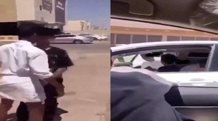 القبض علی أربعة شبان بتھمة تحرش شاب و الاعتداء علیہ بالضرب فی منطقة القصیم بالسعودیة