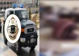 القبض علی مقیم باکستاني ظھر بمقطع فیدیو مکبل القدمین فی مکة بالسعودیة