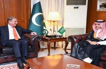 وزیر خارجیة باکستان شاہ محمود قریشي یجتمع بنظیرہ السعودي خلال زیارتہ لبلادہ