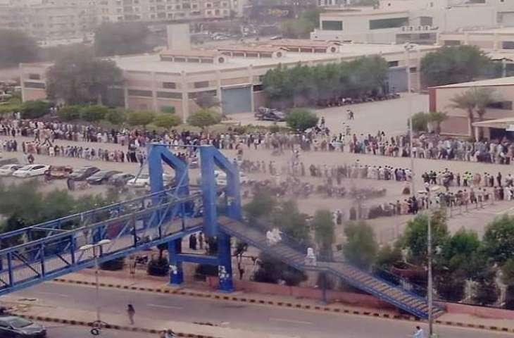 شاھد : ازدحام أمام مرکز التطعیم فی مدینة کراتشي للحصول علی لقاح کورونا