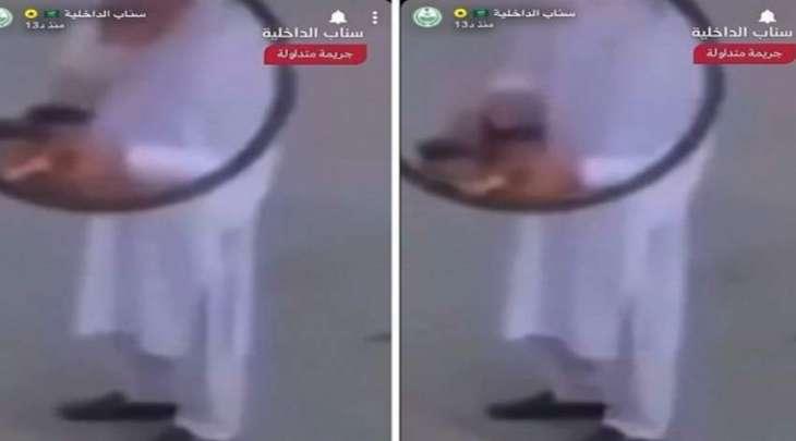 القبض علی عامل توصیل باکستاني وھو یبصق علی أکواب قھوة قبل تسلیمھا فی السعودیة