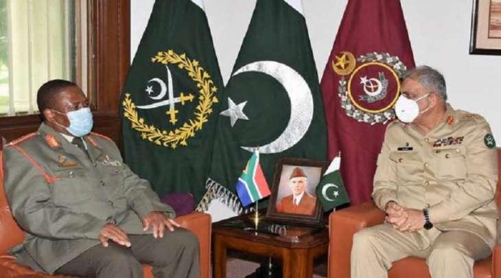 رئیس أرکان الجیش الباکستاني الجنرال قمر باجوا یستقبل قائد قوات الدفاع الوطني لجنوب افریقیا