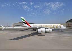 طيران الإمارات تزين طائراتها بملصق وشعار الخمسين
