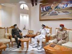 رئيس أركان القوات المسلحة يلتقي عددا من المسؤولين في سلطنة عمان