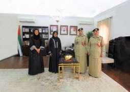 شرطة دبي تهدي الشيخة فاطمة درعا تذكارية تقديرا لعطائها