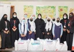 """تعاون بين """" منار الإيمان الخيرية """" و"""" الهلال الأحمر """" في توزيع الحقائب المدرسية على الأيتام بعجمان"""