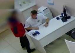 رجل روسي یعتدي علی طبیب بسبب فحص بطن زوجتہ المحجبة