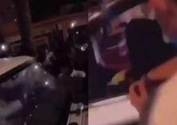 شاھد : فتاة سعودیة تتعرض للتحرش أثناء احتفالات الیوم الوطني للمملکة