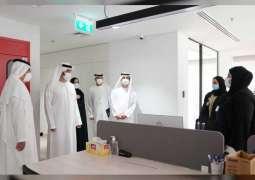 مكتوم بن محمد يلتقي فريق عمل وزارة المالية ويطلع على سير العمل فيها