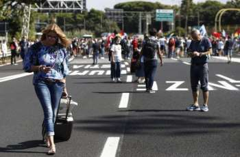 Alitalia Workers Block Highway to Rome Airport to Protest Future Layoffs