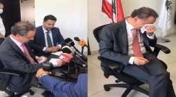 شاھد فیدیو : وزیر لبناني یبکي لدی تسلیمہ منصبہ و خلیفتہ یعطیہ مندیلا