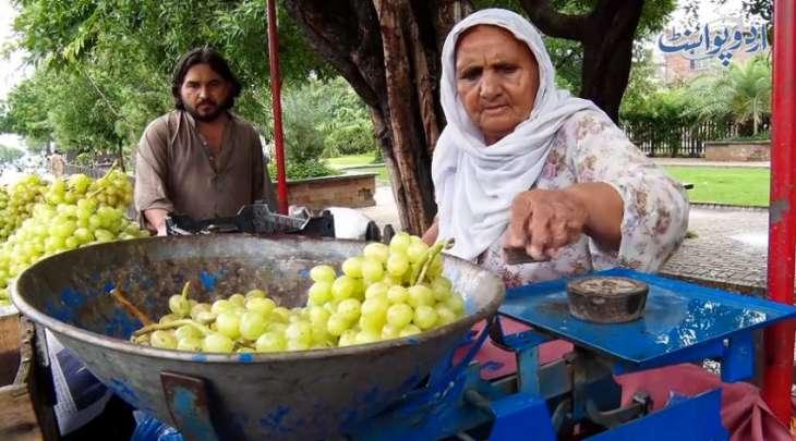 شاھد : مواطنة مسنة تبلغ من عمرھا 70 عاما تبیع الحضروات علی أحد شوارع مدینة لاہور