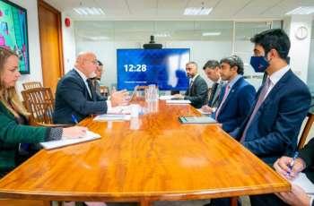عبدالله بن زايد يلتقي وزيري الصحة والتعليم في بريطانيا