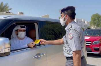"""""""دورية السعادة"""" بشرطة أبوظبي تكافئ السائقين الملتزمين والجمهور بـ""""جوازات إكسبو"""""""