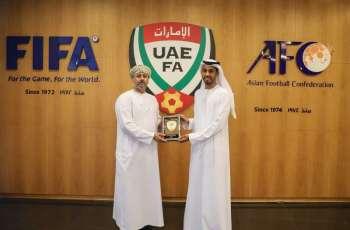 اتحادا الكرة في الإمارات وعمان يبحثان التعاون المشترك