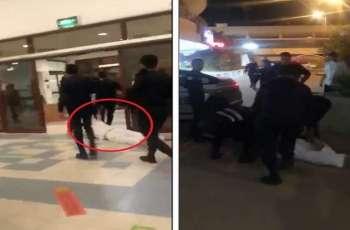 شاھد مقطع : رجل فی حالة غیرطبیعیة یقاوم الشرطة الکویتیة أثناء القبض علیہ
